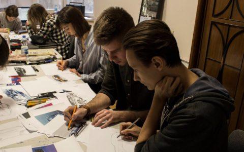Uczniowie na zajęciach z rysunku architektonicznego