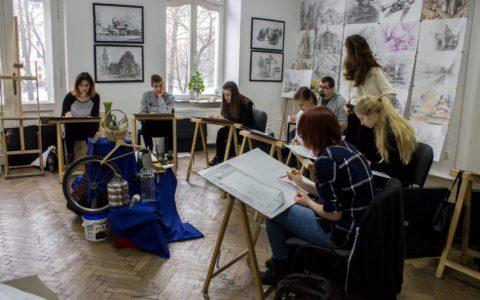 Kursanci na zajęciach z rysunku